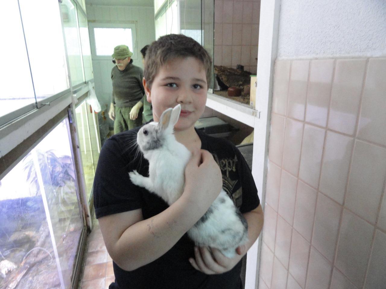 Kilian avec son animal préféré : la lapine naine