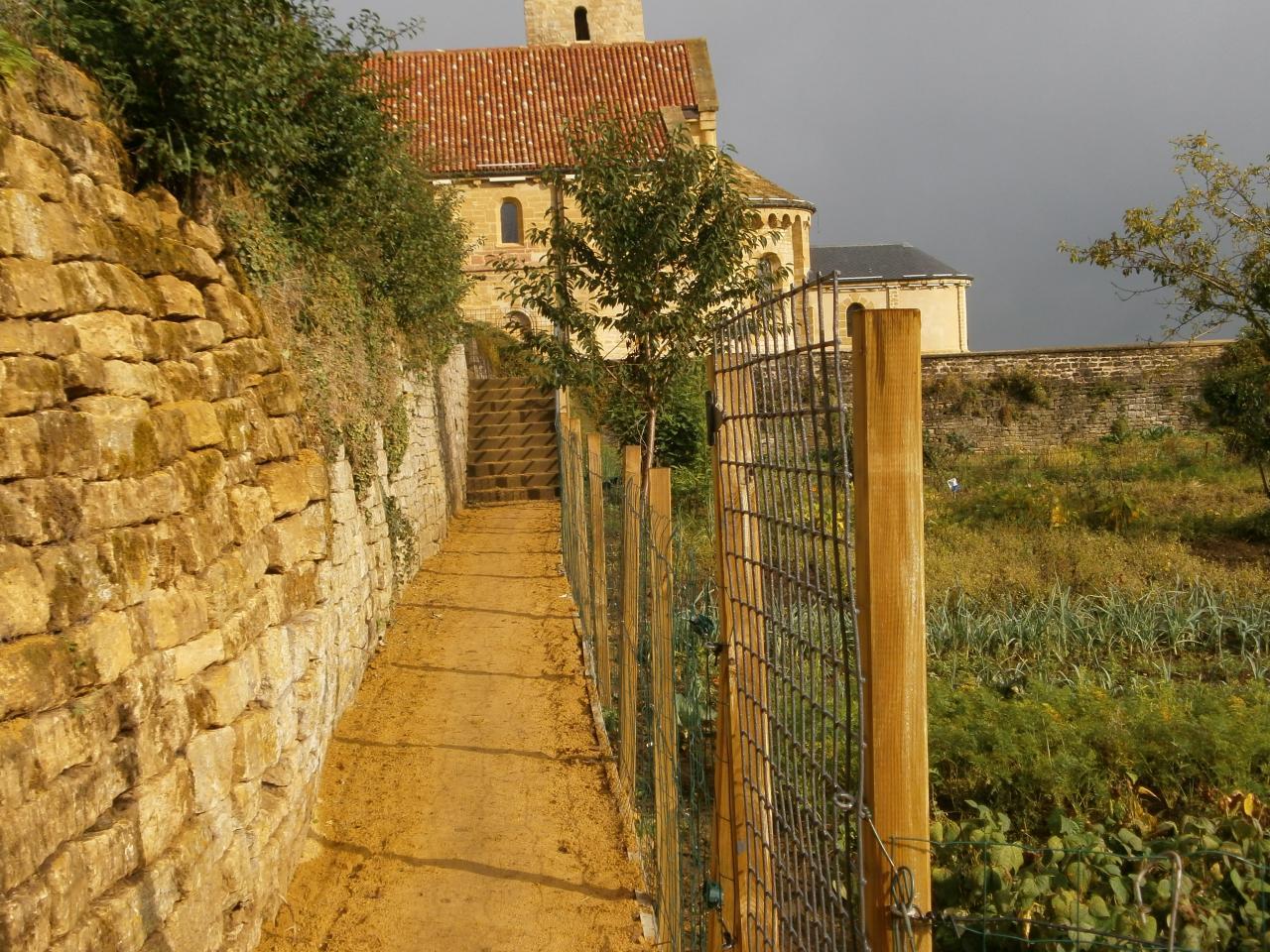 accès par les jardins médiévaux