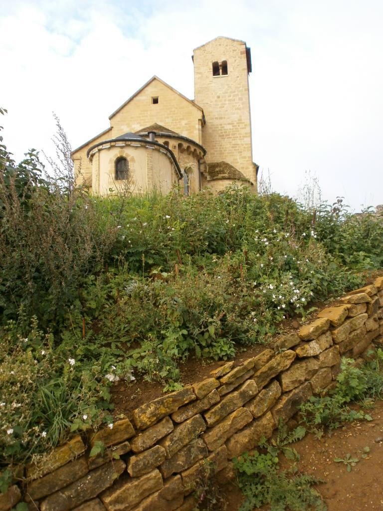 chemin des senteurs, le début près de l'église romane